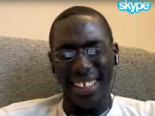 笑っている黒人