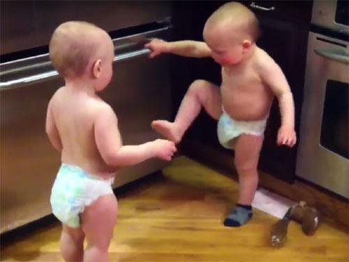 「たたた」だけで、会話をする双子の赤ちゃん2