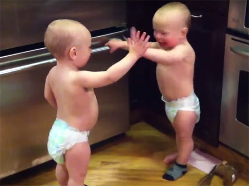 「たたた」だけで、会話をする双子の赤ちゃん3