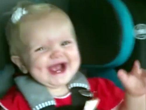 音楽が鳴ると、泣き止んで踊り出す赤ちゃん