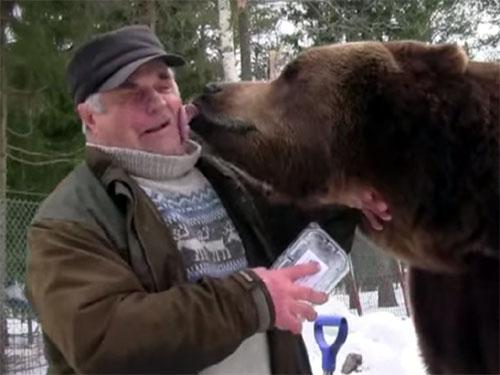孤児のヒグマを世話するクマおじさん