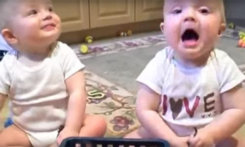 双子の赤ちゃんがパパのクシャミを全力でからかう