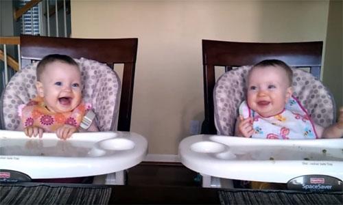 双子の赤ちゃんが、パパのギター演奏にノリノリ