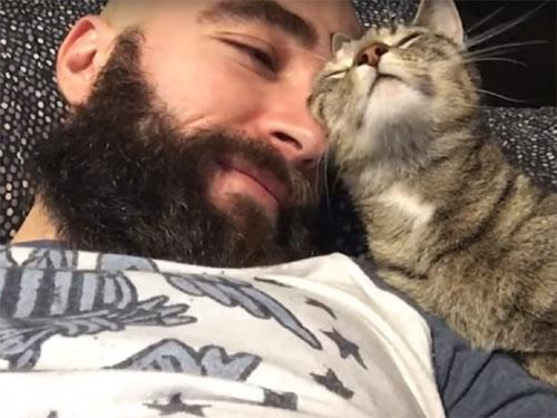 「大好きにゃ♪」スリスリする猫と髭男の至福の時間