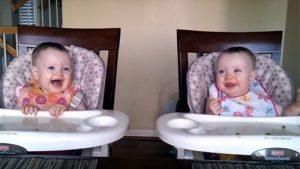 パパのギターに双子の赤ちゃんがノリノリ♪